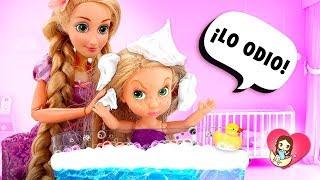 💧 ¡A RAPUNZEL BEBÉ No le gusta el  BAÑO! ► 🌙 Novelas con muñecas y juguetes