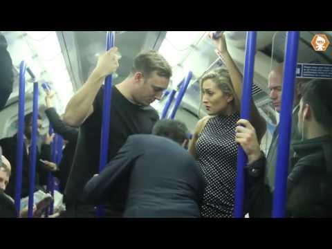 شاب مسلم يدافع على فتاة أجنبية يثير إنبهار الركاب