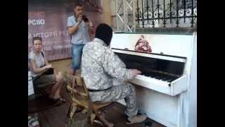 Піаніст Майдану виконує легендарну мелодію Ludovico Einaudi у Львові