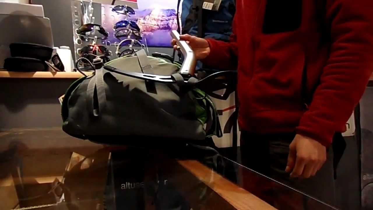 Como colocar un piolet en una mochila de monta a youtube for Como colocar una mochila de inodoro