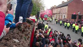 Gambar cover 3 minutes of Liverpool songs at Anfield as Team bus arrives on Barca mission!