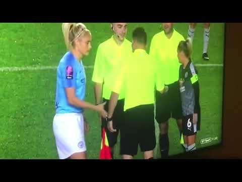 Un árbitro de la Premier femenina sortea los campos y el saque con el piedra papel tijera