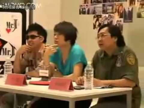 Bị chê_ thí sinh Idol Trung Quốc cởi áo lót ném ban giám khảo