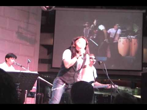 Journey's Arnel Pineda Don't Stop Believing with the Zoo.wmv