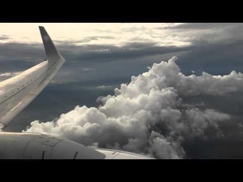 Qantas B737-800 landing in Sydney Airport