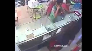 CCTVOfficial_Sindikat Maling HP Beraksi Saat Pelayan Toko Lengah, WASPADA