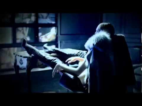 Candice Swanepoel in einer sexy Schuhwerbung für Brian Atwood