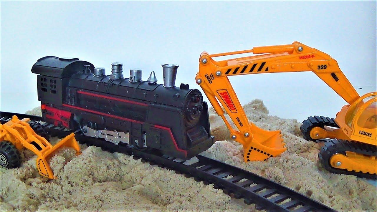 Строим железную дорогу для поезда - играем в игрушки на улице - видео для детей