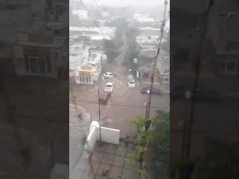 Afuera del Hospital General en la colonia Rosales el arroyo arrastró varios autos