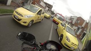 persecución a ladrones peligrosos en moto