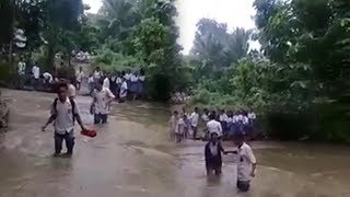 Seberangi Sungai saat ke Sekolah, Murid dan Guru di Labuhan Bajo Rela KMB dengan Pakaian Basah