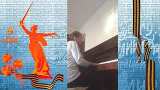 Марина Леонидовна Иванова исполняет композицию на тему песен о войне.