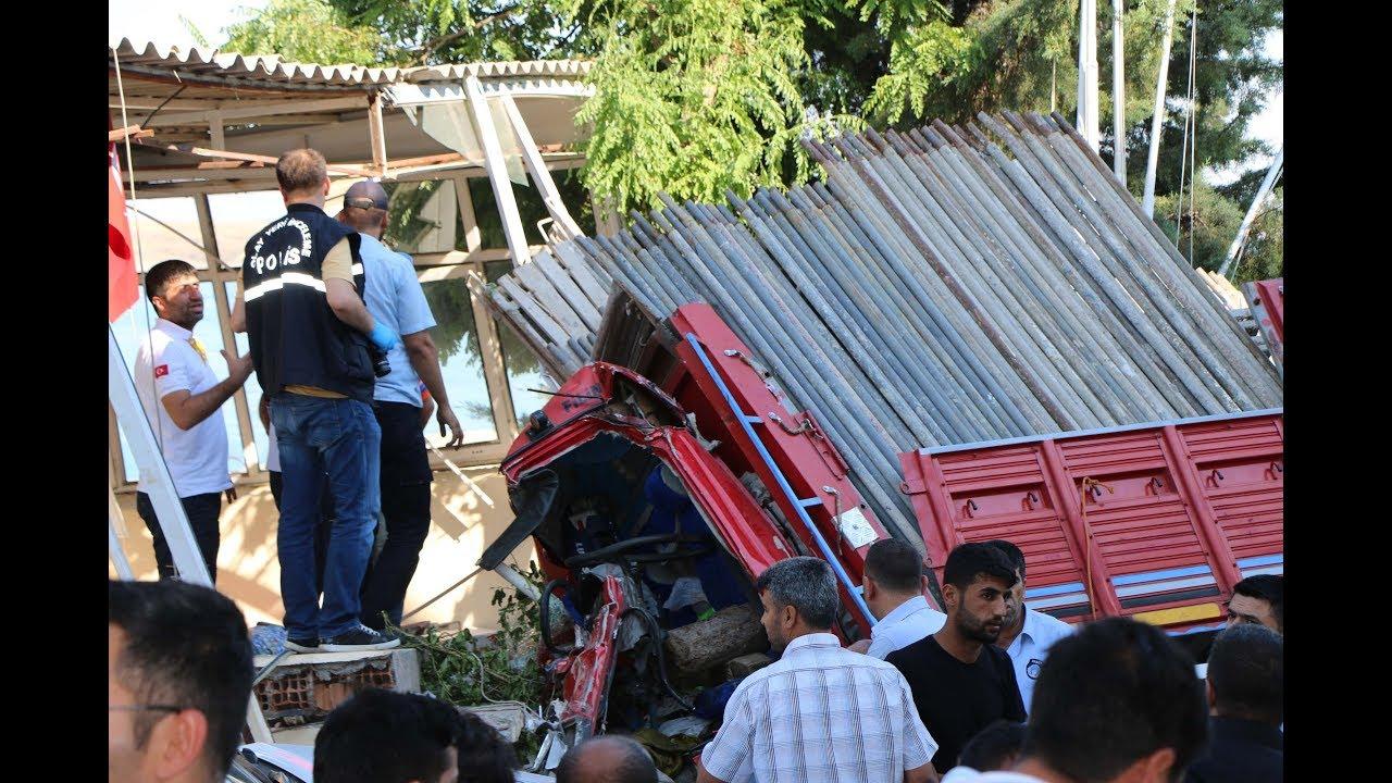 Freni Patlayan İnşaat İskelesi Dolu Kamyon Restorana Girdi 3 Ölü, 2 Yaralı