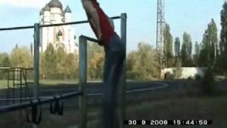 Михаил Баратов Первое видео на турнике (2008г)(Михаил Баратов начал заниматься в 2008 году, в конце июля. Это первое видео о тренировках спустя два месяца...., 2008-10-02T19:17:28.000Z)