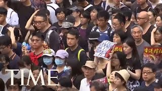 hong-kong-protesters-drum-support-mainland-chinese-tourists-time