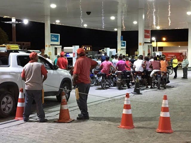 Motoristas lotam postos de combustíveis em Itambé e Pedras de Fogo