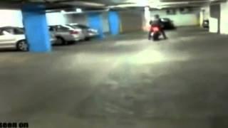 hombre choca con su moto contra una pared