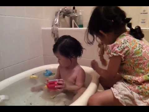 2011-11-06姐姐幫妹妹洗澡-2