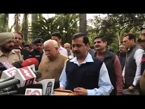 Arvind kejriwal with Haryana CM M L Khattar Joint Press briefing over issue of smog