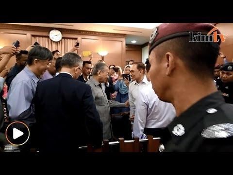 Selepas 18 tahun, Tun M salam dengan Anwar