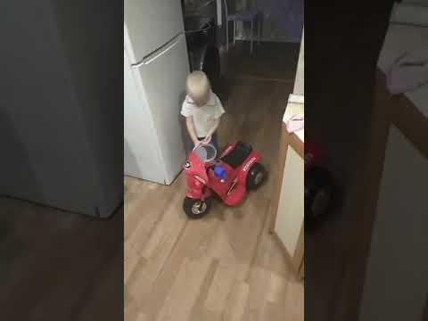 Мальчик Максим и велосипед