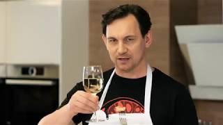 Валерий Харчишин готовит салат из креветок на гриле