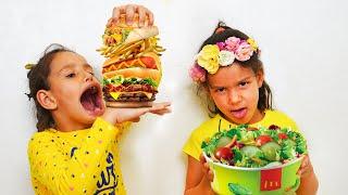 PIPONA. Лера и Вика притворяются, что играют в школу и едят не здоровую пищу.