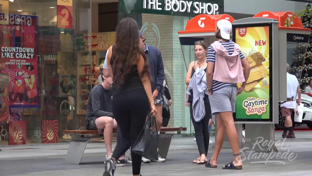 Mujeres Enseñando La Tanga chica enseÑando el tanga en publico