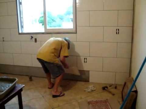 Como colocar azulejo de cima pra baixo youtube for Como colocar azulejo