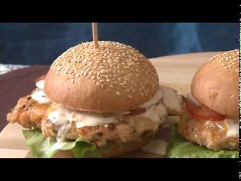 Гамбургер с куриной котлетой и беконом