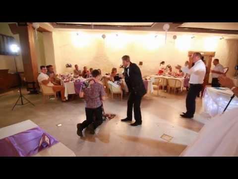 Девушка словила букет невесты,  и ее парень сделал ей предложение на свадьбе. - Ржачные видео приколы
