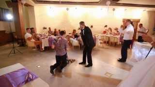 Девушка словила букет невесты,  и ее парень сделал ей предложение на свадьбе.(Девушка словила букет невесты и ее парень сделал ей предложение на свадьбе. Самое красивое свадебное..., 2014-12-22T14:11:23.000Z)