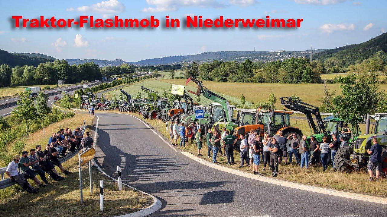 Traktor-Flashmob am Kreisel Niederweimar