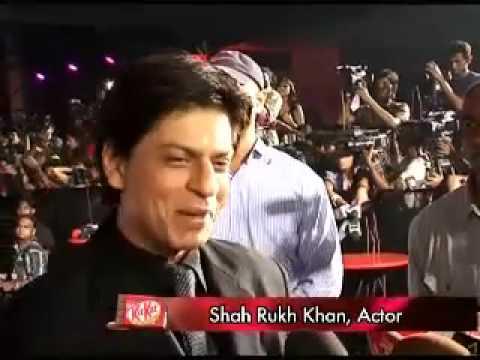 Shahrukh Khan does the Auro Dance at Paa Premiere