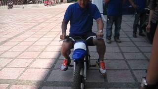 Ca sĩ Tuấn Hưng ngẫu hứng cùng siêu xe của Yamaha