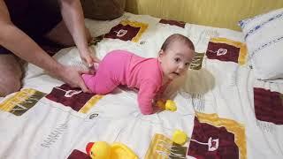 Ребенок учится ползать и сидеть, 5 месяцев
