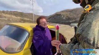 Ռուս խաղաղապահները ծաղիկներ են նվիրել արցախցի կանանց և աղջիկներին