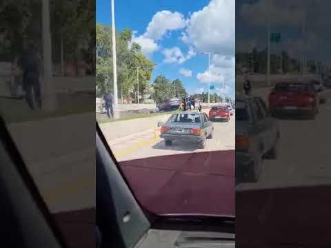 """Un auto """"mordió la banquina"""" y volcó en Av. de Las Américas, video"""