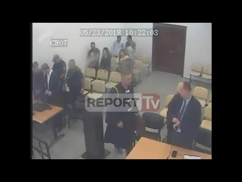 Del VIDEO/Ja si u arratis nga salla e gjyqit në Vlorë i dënuari, policët e ndjekin nga pas