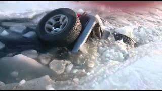 Магадан. Машина уходит под лед в бухте Гертнера
