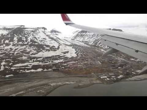 Landing at Longyearbyen in a Norwegian B738