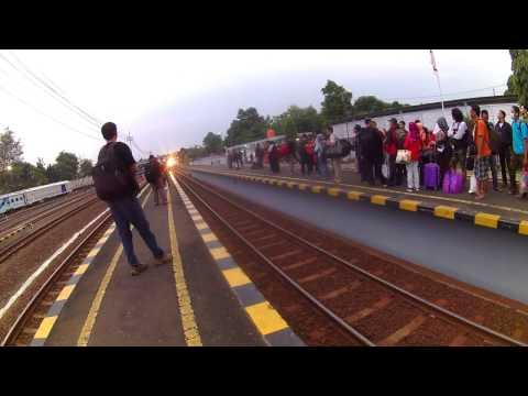 Kereta Api Gayabaru Malam Selatan Masuk Stasiun Lempuyangan Yogyakarta