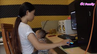 Beautiful Mom Breastfeeding Her Cute Baby While Working   ỐC Family