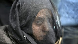 Греция. Власти вывозят беженцев из лагеря у Идомени(Греческие власти стараются принять самые срочные меры по улучшению условий жизни мигрантов, которые оказа..., 2016-03-13T08:32:02.000Z)