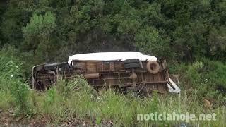 Caminhão sai de pista e tomba na Perimetral Norte, em Caçador