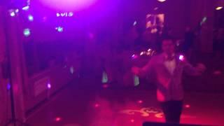 Прикол Ведущий смешно танцует на свадьбе ржака Тамада порвал