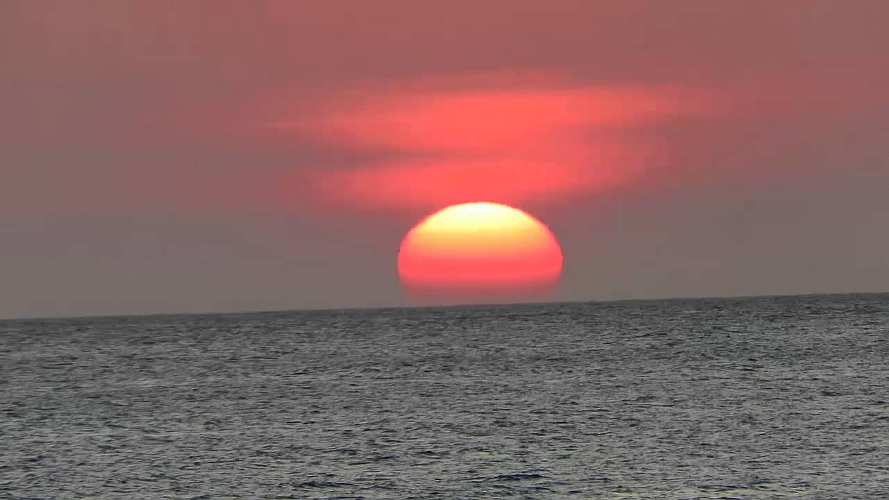 El color del Sol durante el atardecer se debe a que la atmósfera bloquea la parte de la luz más energética