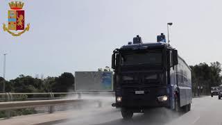 Sanificazione in città con gli idranti della Polizia