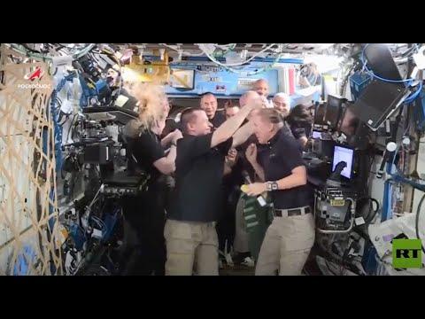 رائد فضاء روسي يقدم هدية رمزية لنظيرته الأمريكية أثناء تسليم قيادة المحطة الفضائية الدولية  - 12:58-2021 / 4 / 18