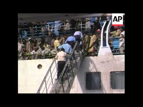 PAKISTAN: KARACHI: SAUDI SHIP OF DEPORTEES UNLOADS PAKISTANIS